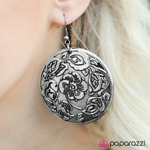 Round flower print earrings